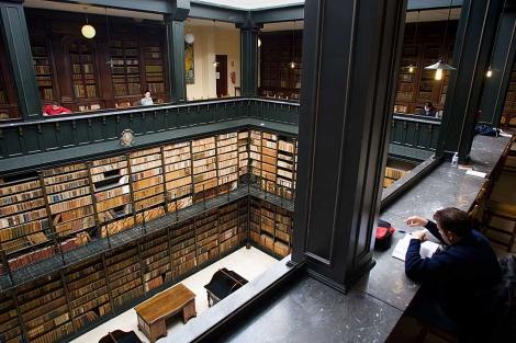 Vista de la imponente sala de lectura con los fondos antiguos en sus anaqueles. | José F. Ferrer