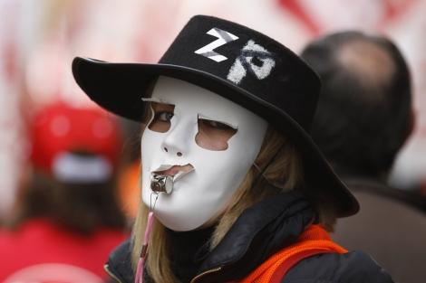 Una manifestante contra la privatización de Aena el pasado 26 de febrero. | Reuters