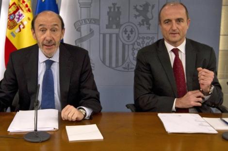 Rubalcaba y Sebastián en la rueda de prensa posterio al Consejo de Ministros. | B. Rivas
