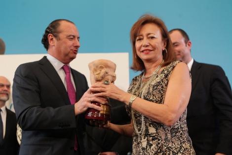 El presidente de la Diputación entrega el premio a Pepa Roma. | Ernesto Caparrós