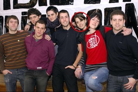 Los ocho miembros de Segi. Con círculo rojo, Irati Tobar. | Afp