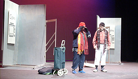 Inicio de la obra, con los dos mendigos expulsados de los cajeros. | M. N.