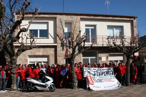 Protesta de los trabajadores frente al Ayuntamiento de Martorelles.   ACN