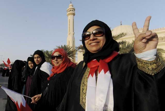 Varias mujeres participan en una cadena humana en las protestas en Manama (Bahrein).   Efe