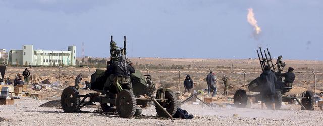 Al otro lado del país, continúa el asalto sobre Ras Lanuf. | Efe