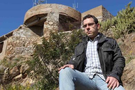 El autor del documental posa en el Turó de la Rovira. | Domènec Umbert