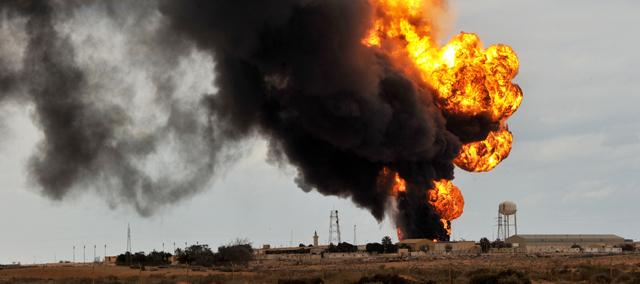 Incendio provocado por la artillería gadafista en Ras Lanuf.   Afp