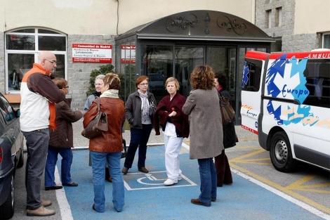 Familiares de los pacientes de la residencia de Carabanchel, esta mañana antes del traslado. (Sinova)