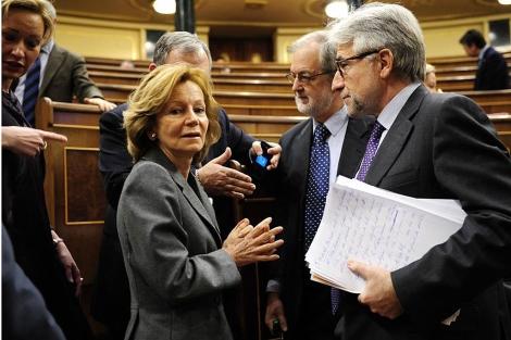 En primer plano, Elena Salgado y Sánchez Llibre, antes del pleno del Congreso.   Bernardo Díaz