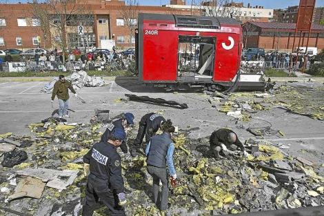 Miebros de los Tedax revisan restos de los trenes del 11-M. | Julián Jaén