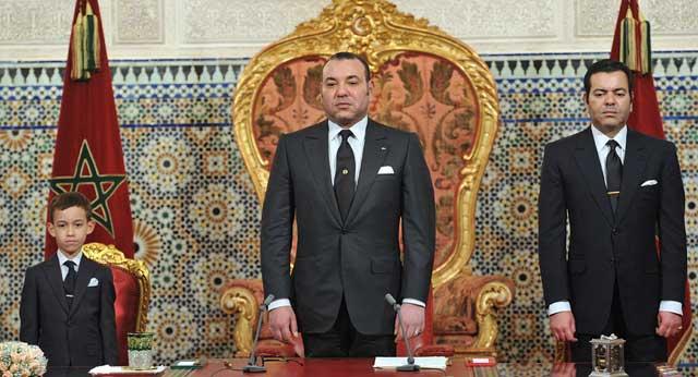 Mohammed VI (en el centro), acompañado por su hijo y por su hermano. | AP