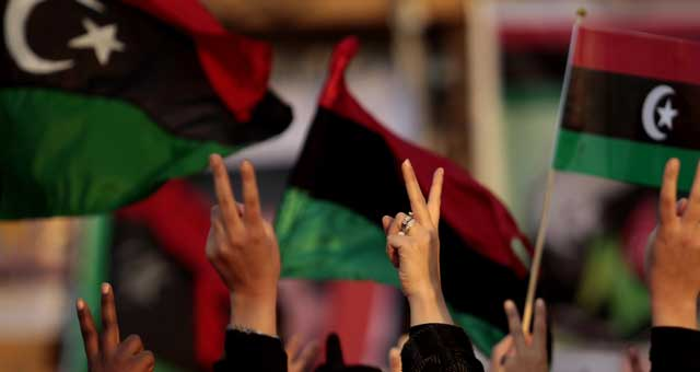El símbolo de la victoria en una manifestación contra Gadafi en Bengasi. | Reuters