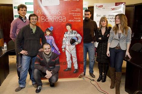El director y el elenco presentan la ópera infantil 'Palabras en la barriga'.   Iñaki Andrés