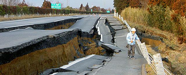 Un trabajador inspecciona las grietas de la carretera Joban, cerca de Mito (Ibaraki). AP/Nexco East Japan via kyodo News