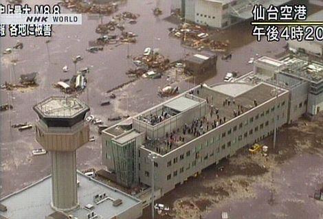Un aeropuerto anegado en Sendai. | Afp