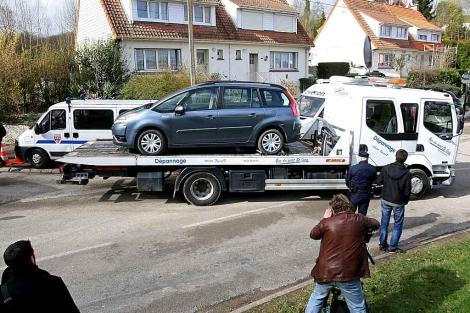 Una grúa retira el vehículo de uno de los cuatro etarras detenidos en Francia. | Efe