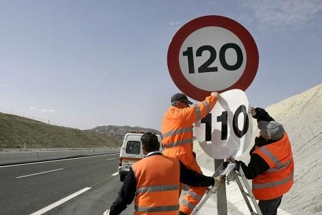 Operarios cambian una señal de velocidad en una autovía. | Efe