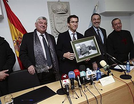 El presidente gallego, con el alcalde de Palas de Rei, el conselleiro de Cultura y un religioso de los Hermanos Misioneros, el 24 de enero, cuando se anunció la venta. | Xunta