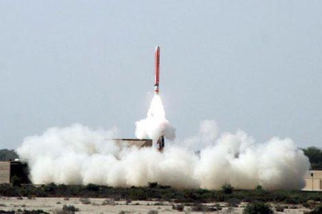 Un misil de crucero es lanzado desde Pakistán, el pasado mes de febrero. | Efe