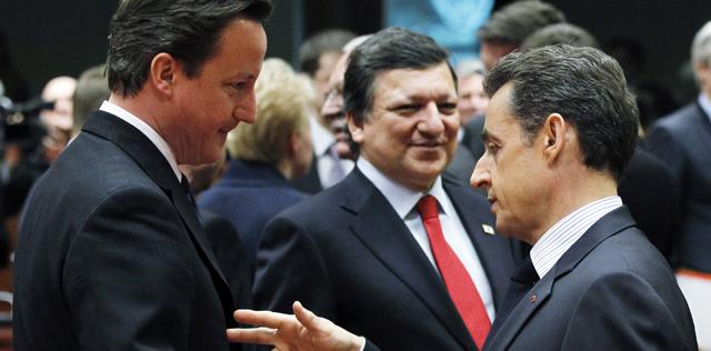 Sarkozy habla con Cameron en Bruselas. | Reuters