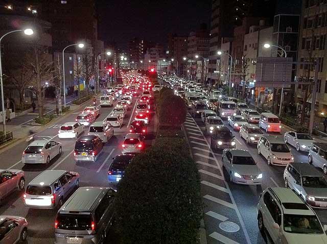 Una avenida de Tokio atascada. Los trenes apenas funcionan. | Foto: J. Lavandeira
