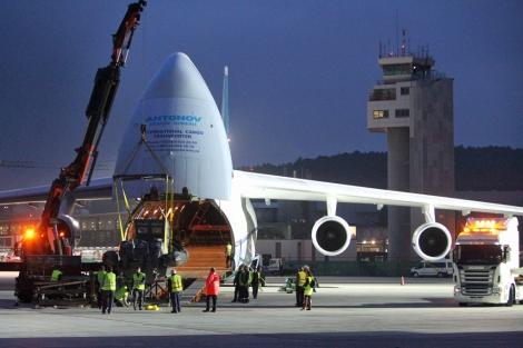 Momento en el que el Antonov carga una de las patrulleras.   A.G.