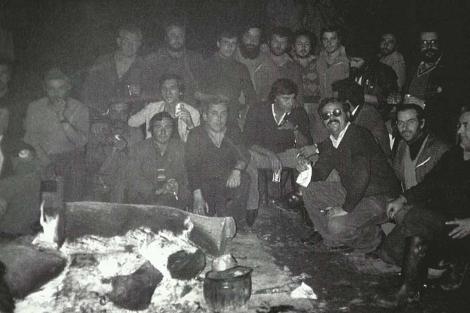 Felipe González con los mineros de Cala encerrados en abril de 1982. | Del libro 'Crónica de un sueño. Memoria de la transición democrática en Huelva' (C&T Editores)