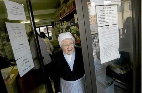 Una de las monjas voluntarias. | Jordi Avellà