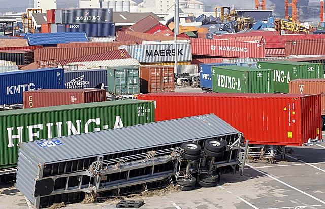 'Containers' arrastrados por el tsunami en una fábrica arrasada en Sendai. | Reuters