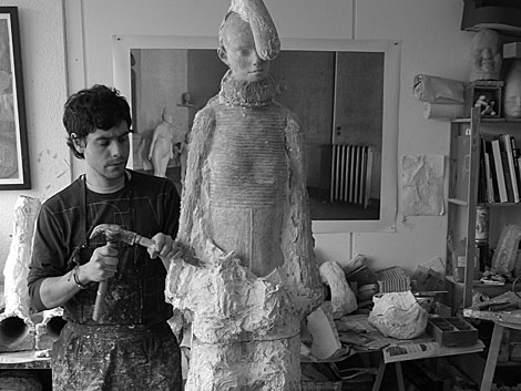 El escultor ourensano esculpe una obra en su taller.