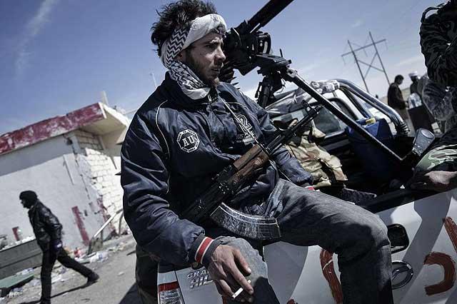 Miliciano rebelde en Brega.   Afp