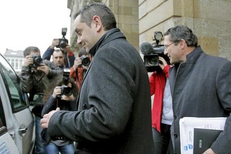 Ángel Espadas seguido de Conde Roa, tras presentar su dimisión. | Efe