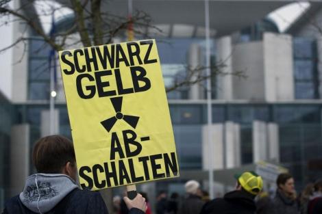 Manifestantes contrarios a la energía nuclear, frente a la Cancillería de Berlín. | Afp