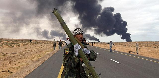 Rebeldes luchan en Ras Lanuf. | Reuters