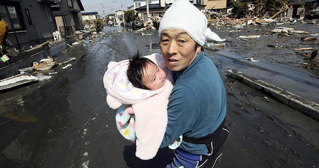 El padre con la pequeña, tras ser rescatada. | Ap