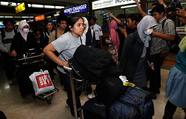 Pasajeros indonesios aterrizan en Yakarta después de ser evacuados de Japón. | Reuters