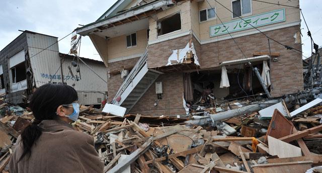 Una mujer contempla lo que queda de su casa. | Afp