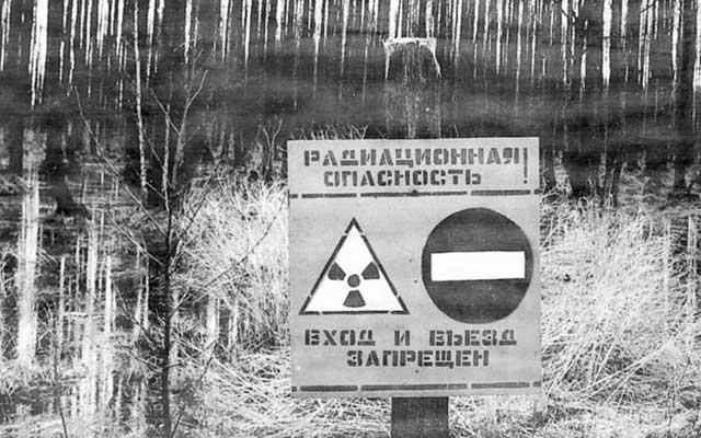 Un cartel prohíbe el paso a la zona afectada por radiación en Chernobil. | Reuters