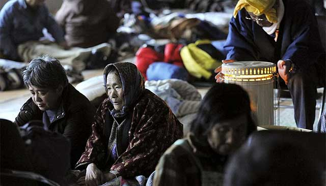 Supervivientes del terremoto y posterior tsunami, descansan en Kesennuma.| Efe