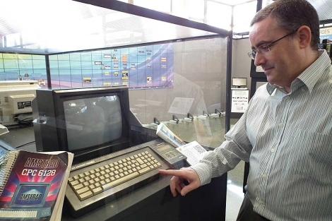 El profesor Charte con algunos de los elementos expuestos en la Universidad. | Manuel Cuevas