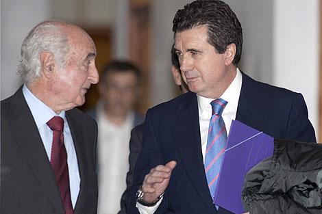 El ex presidente del Govern con su abogado en los juzgados de Palma   Efe