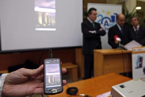 El Ayuntamiento de Ávila presenta la guía para descargar en el móvil. | R. Muñoz