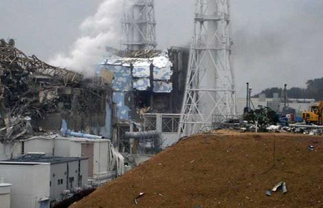 Reactores tres y cuatro de la central de Fukushima con los edificios de contención dañados y humeantes.   AFP