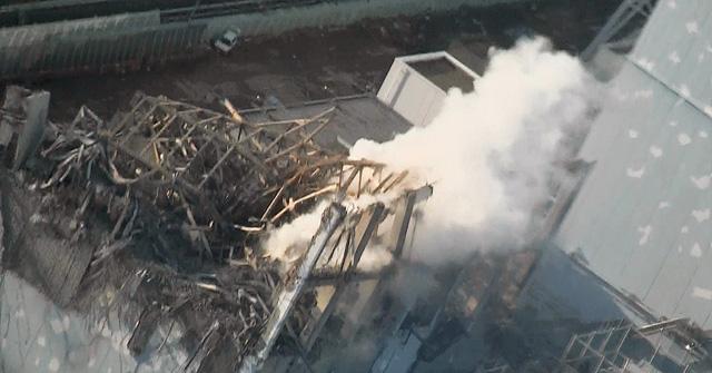 Humo saliendo del edificio en ruinas del reactor 3, cuya piscina de combustible gastado ha perdido nivel de agua. | AP
