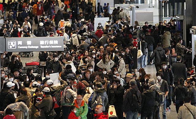 Miles de personas, en el aeropuerto de Narita.   Ap