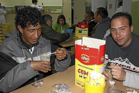Dos inmigrantes desayunan en el centro de Cáritas de Valladolid. | Anahí Merino