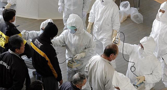 Expertos miden la radiación de los habitantes de Fukushima. | Ap