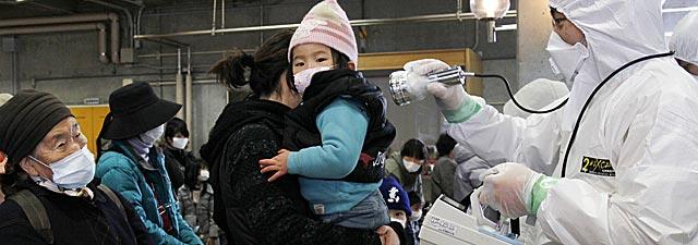Varias personas se someten a análisis de radiación en Fukushima. | AFP