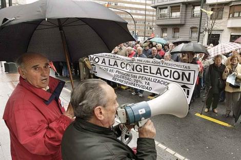 Jubilados y pensionistas frente a las dependiencias de la Seguridad Social en Bilbao. | Efe