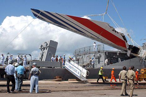 Restos del avión siniestrado en 2008 rescatados por la marina brasileña. | Efe